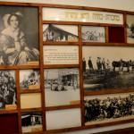 תאריכים ותמונות על הקיר במוזיאון מזכרת בתיה