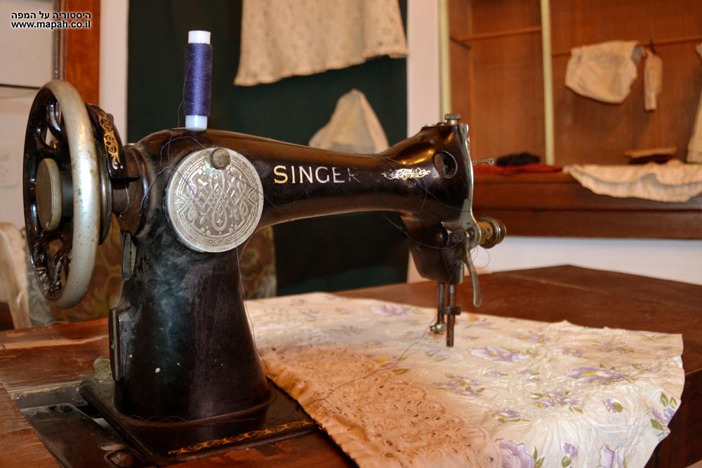 מכונת תפירה מתחילת המאה הקודמת במוזיאון מזכרת בתיה