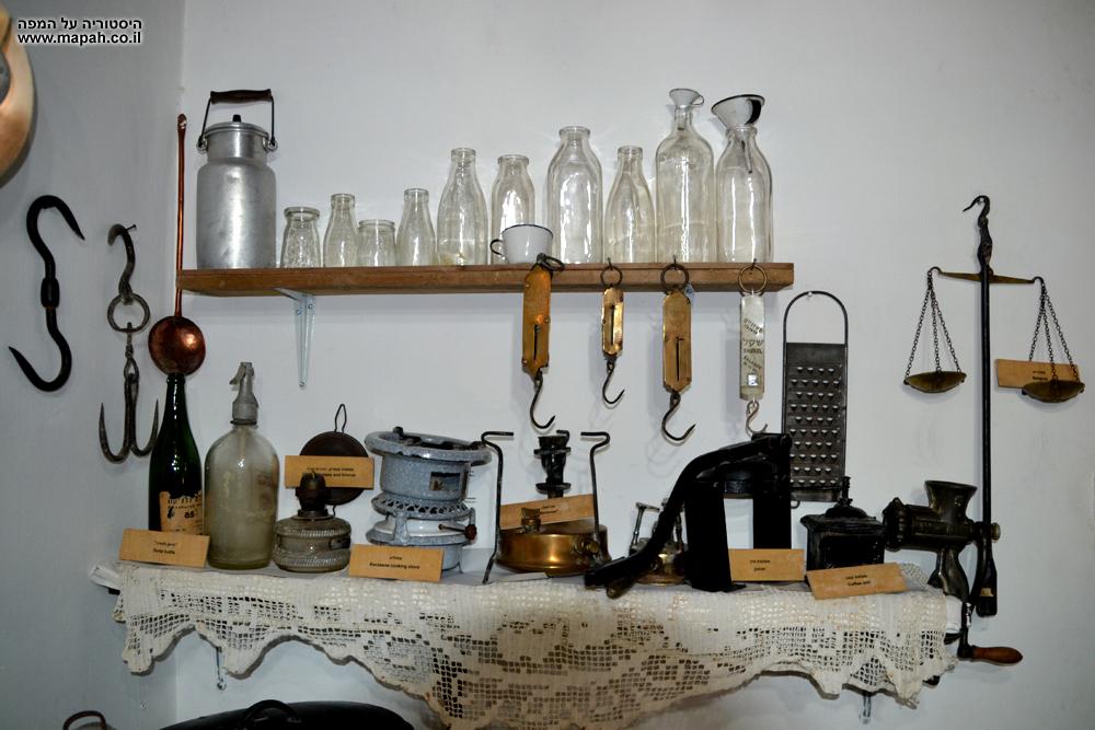 כלי מטבח , בקבוקי זכוכית , גד חלב ומצרכים במוזיאון מזכרת בתיה