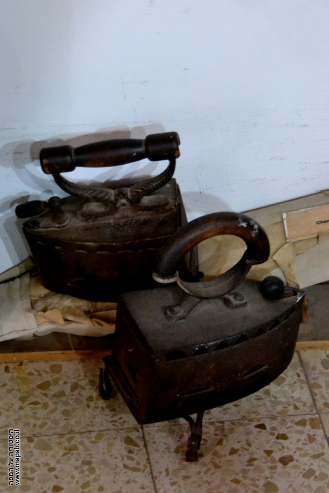 מגהץ מבוסס גחלים לוהטות במוזיאון מזכרת בתיה