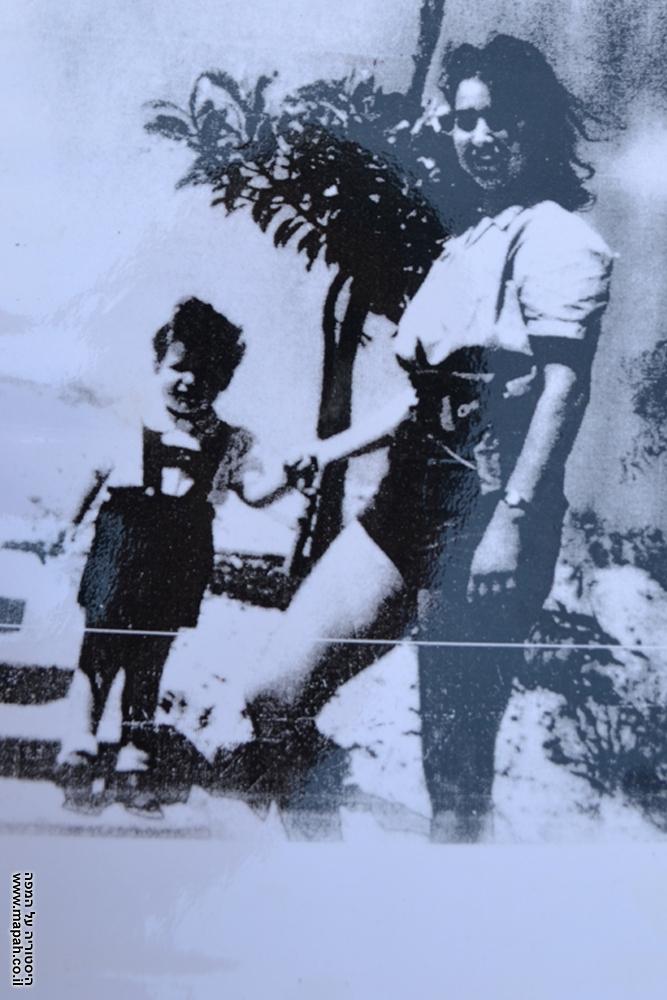 צילום רפרודוקציה של מירה ובנה בטרם נפרדו לעד