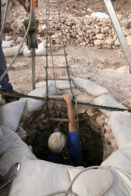 עובדי רשות העתיקות יורדים אל תוך הבאר. צילום: יותם טפר, באדיבות רשות העתיקות
