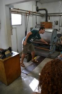 המדריך במכון איילון מדגים את פתיחת הכניסה למפעל התת קרקעי
