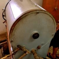 מכונת הכביסה שכיסתה את פתח הכניסה למפעל