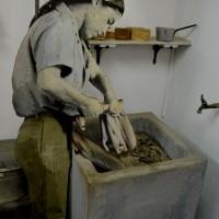 דמות שוטפת הבגדים המכובסים במכון איילון