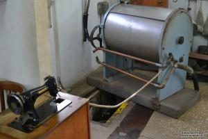 מכונת הכביסה ופתח הכניסה למפעל הנשק