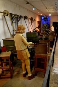 דמות ליד מכונת השיוף במכון איילון