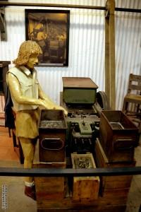 דמות ליד מכונת ליטוש כדורי תת המקלע במכון איילון