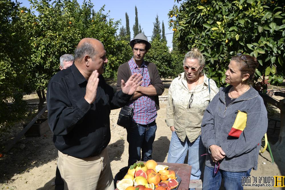 מדריך הקבוצה ואנשי ויקיפדיה ישראל בסיור פרדס מינקוב - אלף מילים 2013