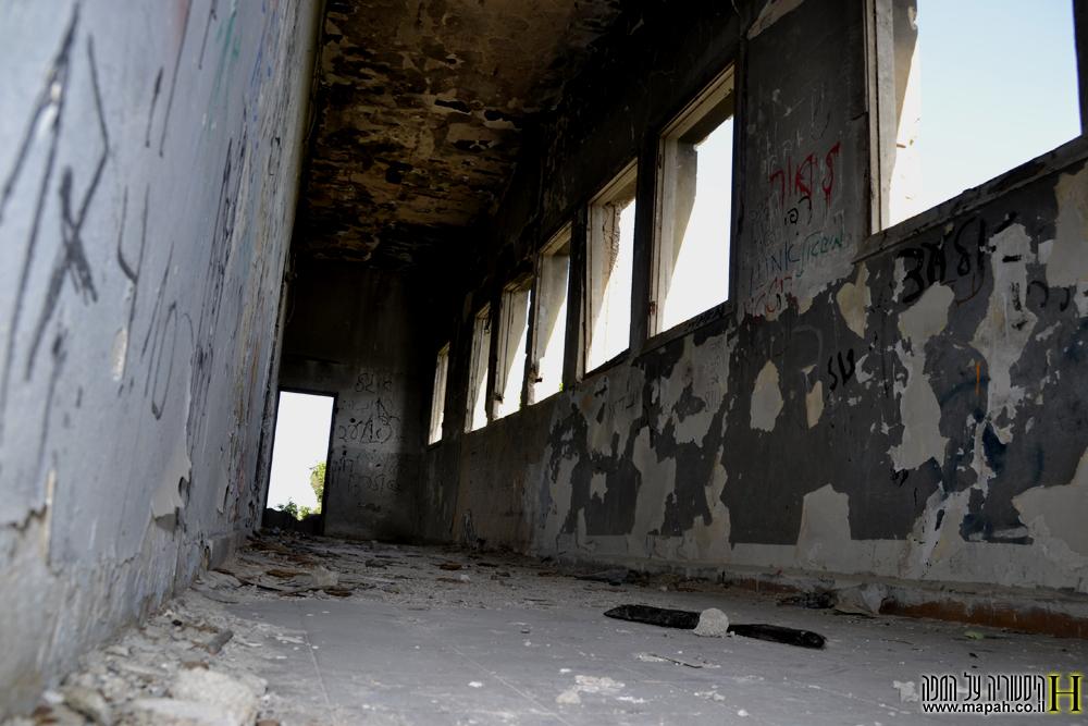 מסדרון החלונות בקומה השניה במפקדת חסן סלמה