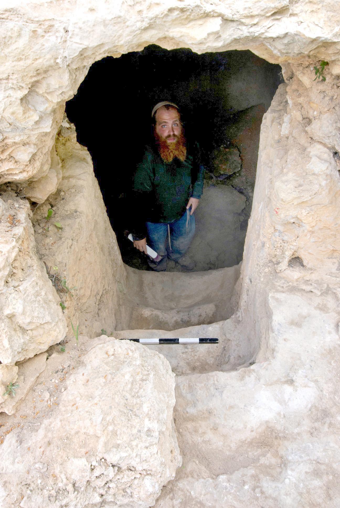 הארכיאולוג בנימין סטורצ'ן עומד במורד מדרגות המקווה - צילום: אסף פרץ, באדיבות רשות העתיקות