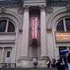שלט התערוכה כפי שמופיע במסדרונות מוזיאון הלובר. צילום: קובי פיש, באדיבות רשות העתיקות