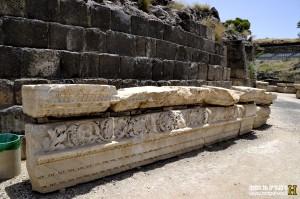 שרידים מעיטורי האמפי תאטרון שנמצאו בחפירות בתל בית שאן