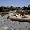 שרידי עמודים מול פתח המקדש הרומי