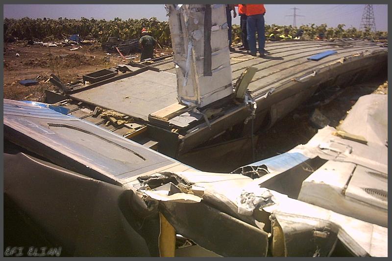 שרידי הרכבת זמן קצר לאחר ההתרסקות ברבדים - צילום: אפי אליאן