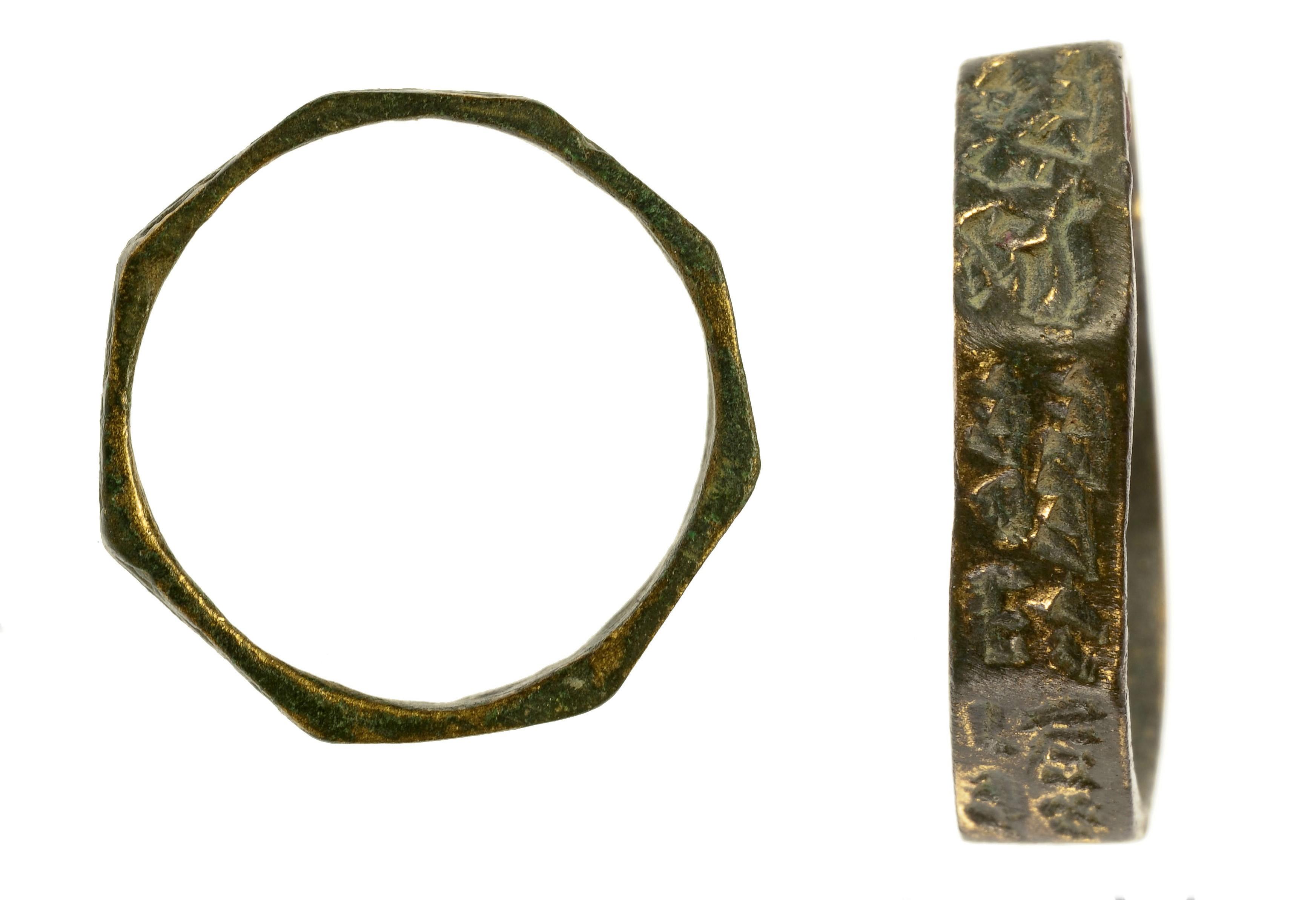 טבעות מברונזה שנחשפו בחפירה. צילום: אסף פרץ, באדיבות רשות העתיקות