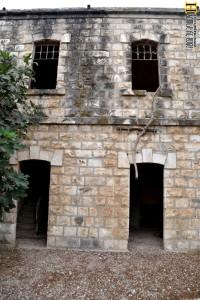 דלתות הכניסה לקומה השניה בתחנת נחל שורק - צילום אפי אליאן