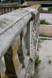 מעקה האבן של המרפסת המערבית בקומה השניה - צילום: אפי אליאן