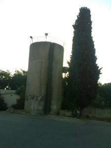 """מגדל המים בכפר ביל""""ו א' - צילום: ארכיון היסטוריה על המפה"""