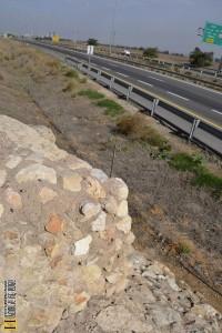 קצה אמת המים שנקטע בסלילת כביש 6 - צילום: אפי אליאן