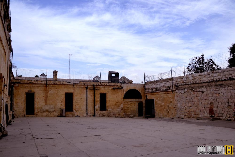 החצר הדרומית במוזיאון אסירי המחתרות - צילום: אפי אליאן