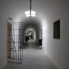 פרוזדור ודלת חדר בבית הסוהר ירושלים - צילום: אפי אליאן