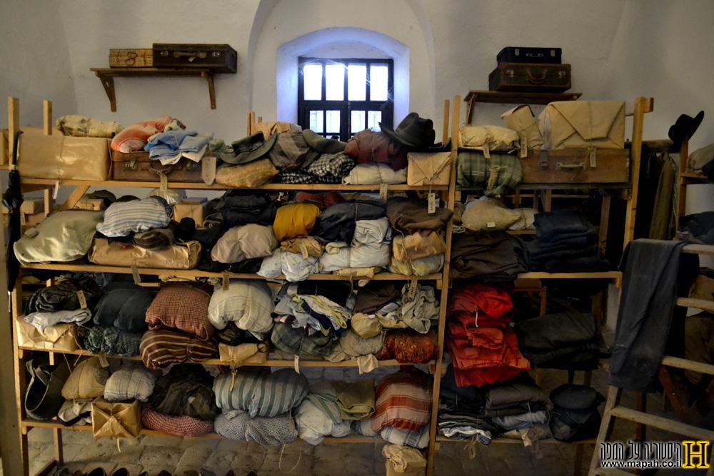 חדר אכסון הבגדים לאסירי הכלא - צילום: אפי אליאן