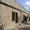 החצר הקדמית של מוזיאון אסירי המחתרות בירושלים - צילום: אפי אליאן