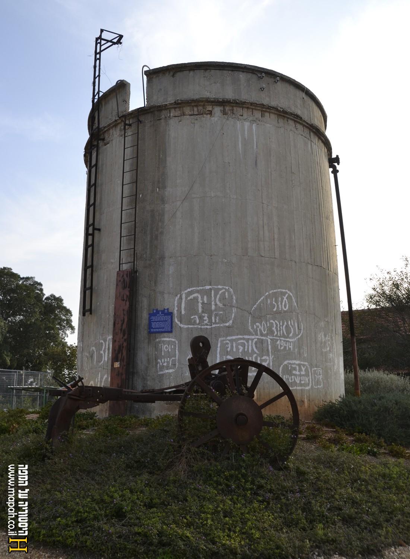 """מגדל המים בכפר ביל""""ו ב' - צילום: אפי אליאן"""
