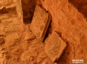 חלקי פסיפס בודדים שנחשפו בחפירות במקום - צילום: אפי אליאן