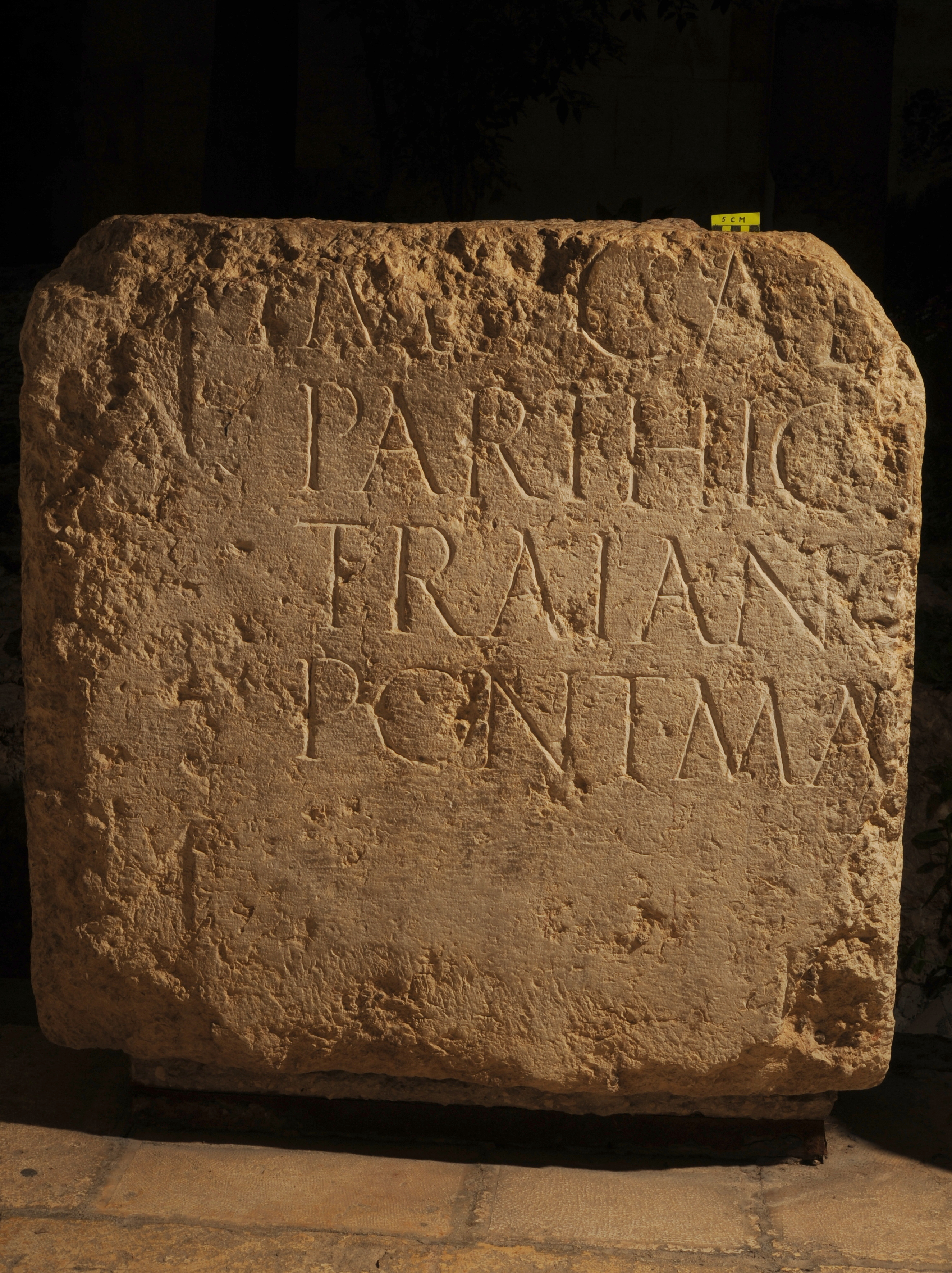חציה השני של הכתובת שנחשף לפני 100 שנה וממוקם בחצר המוזיאון הפרנציסקני שבסמוך לשער האריות - צילום: גארולבאנדיאן