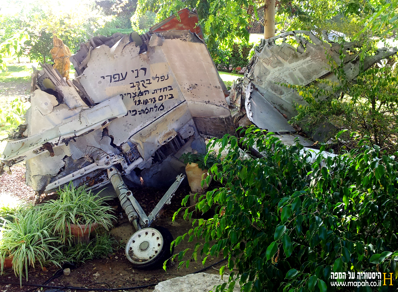 """מטוס ה""""עיט"""" (סקייהוק) כפי שמונח כאנדרטה בחצר הוריו במושב אביגדור - צילום: אפי אליאן"""