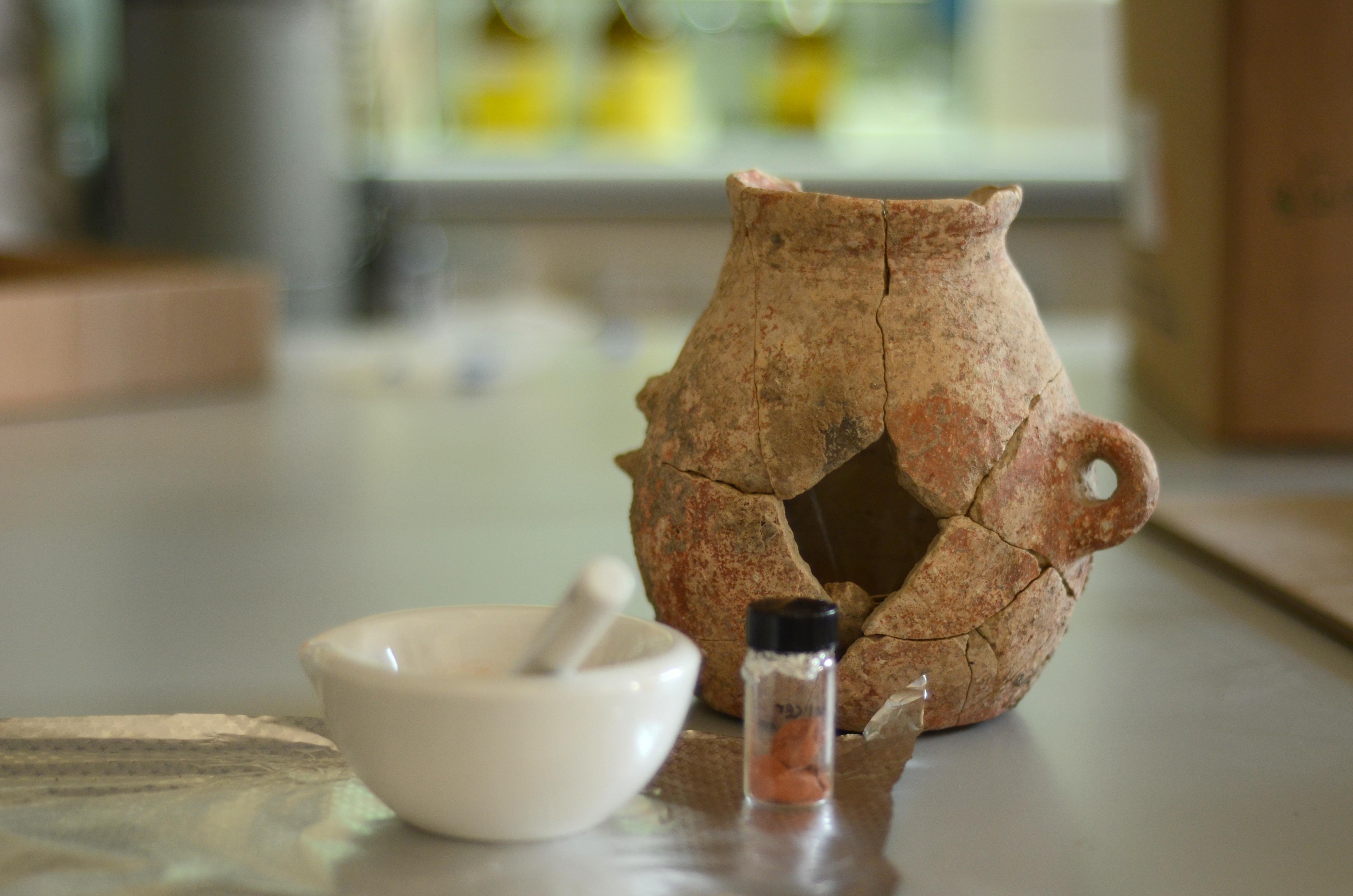 הכד מעין ציפורי בעת לקיחת דגימות במעבדה - צילום: רשות העתיקות