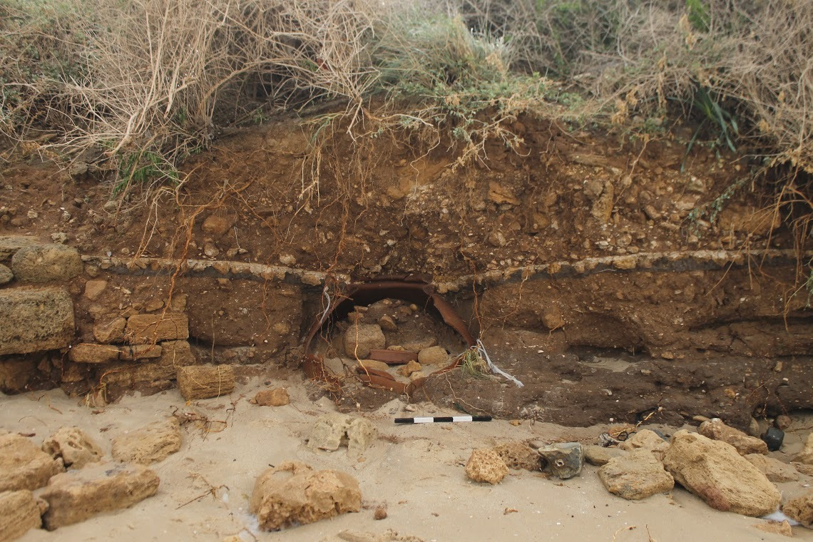 שרידי הקנקן הענק כפי שנראה לראשונה לפני שנחפר - צילום: יצחק מרמלשטיין