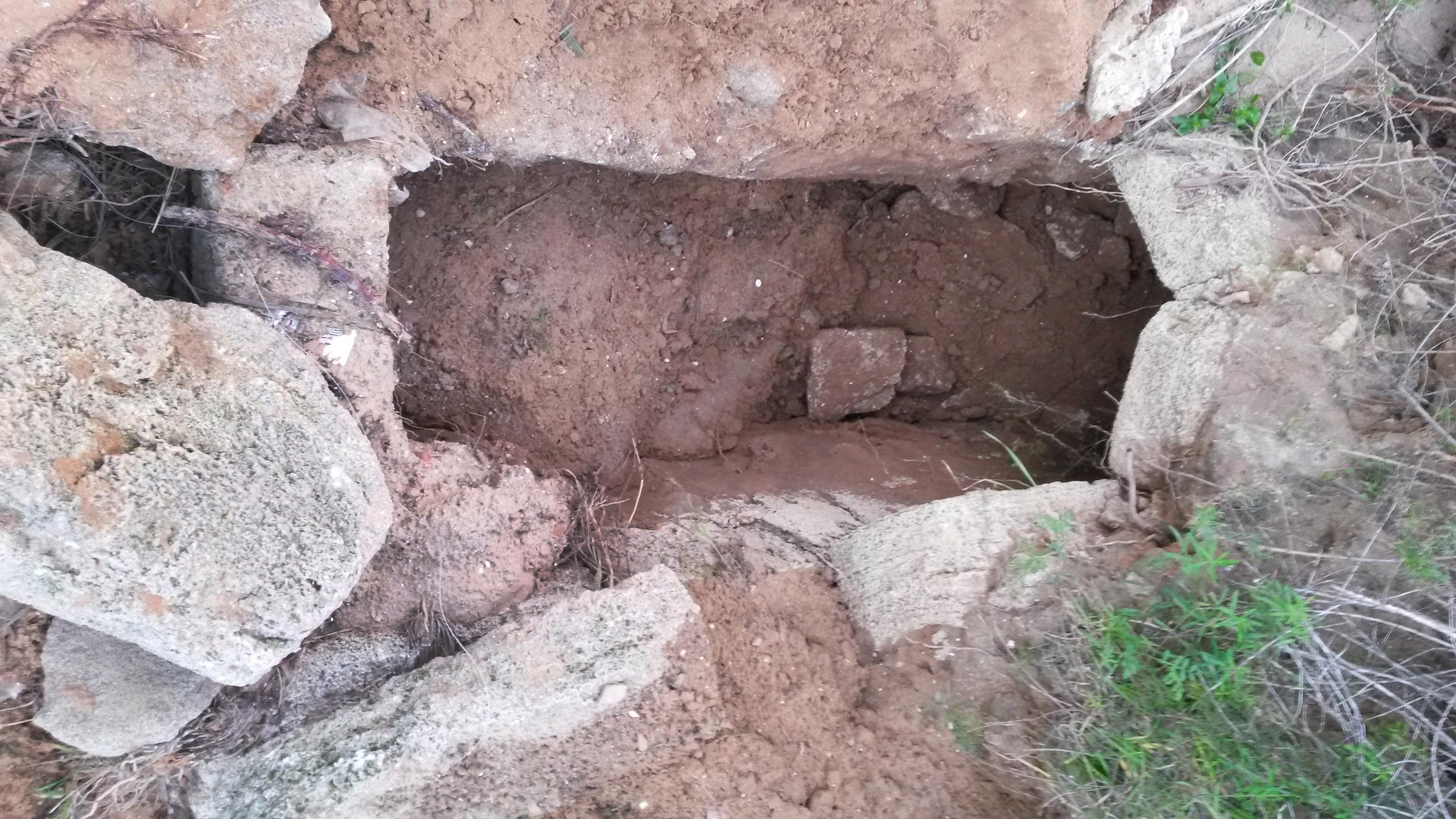 אחד מהקברים שנפרצו ונבזזו על ידי החוליה - צילום: היחידה למניעת שוד ברשות העתיקות