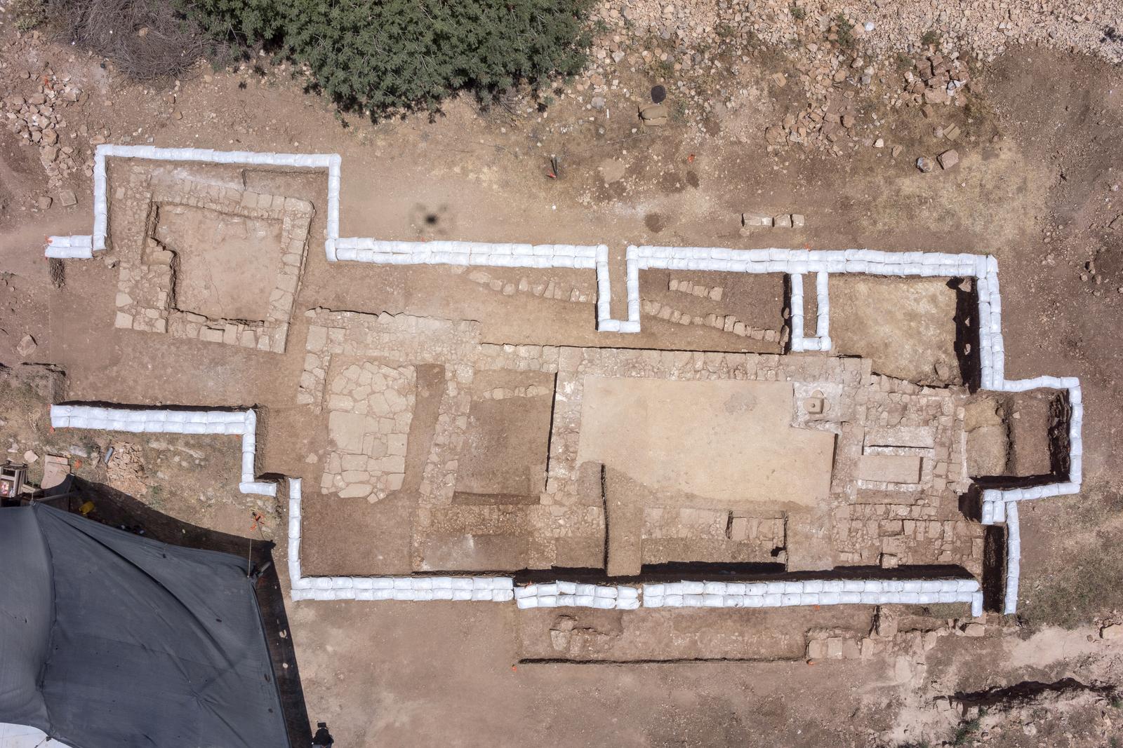שרידי הכנסייה ותחנת הדרכים ממעוף ציפור - צילום: Skyview
