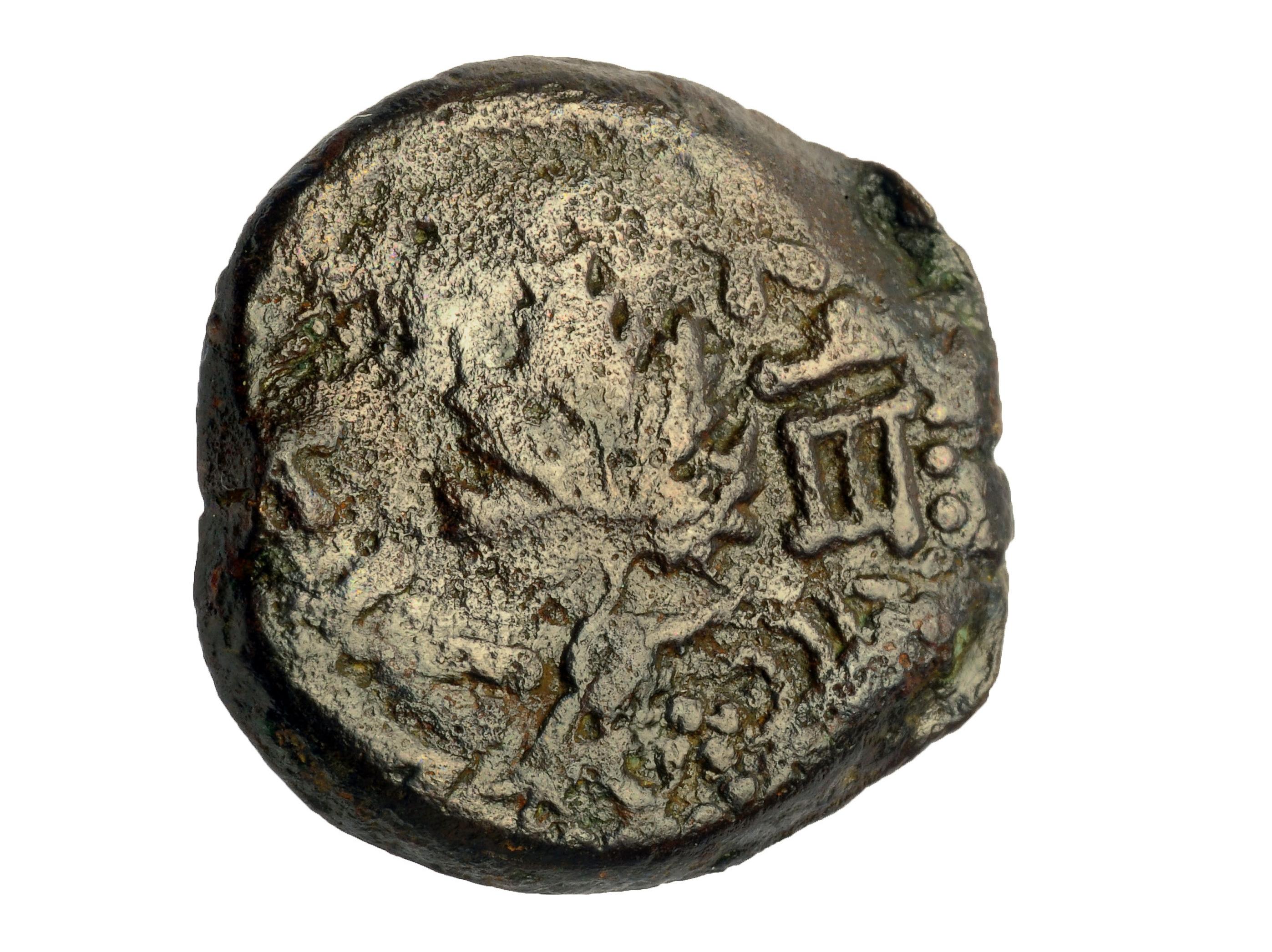 מטבע מימי המרד הגדול ברומאים שנמצא בשכבת החורבן שכיסתה את הרחוב. צילום: קלרה עמית