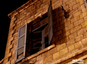 חלון מקורי בתחנת רכבת החאן בירושלים - צילום: אפי אליאן