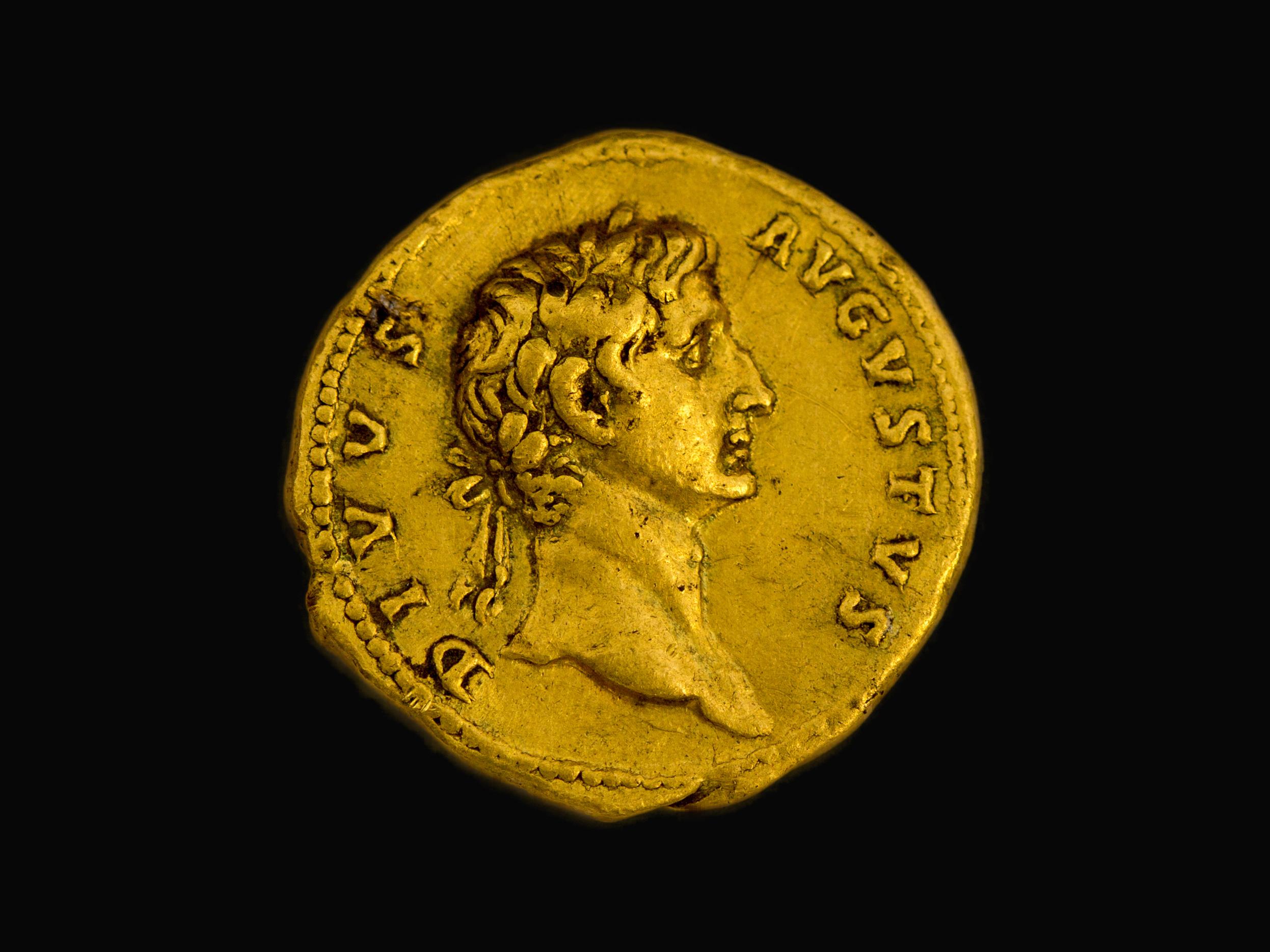 """דיוקנו של הקיסר """"אוגוסטוס האלוהי"""". צילום: שמואל מגל, באדיבות רשות העתיקות"""