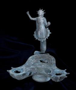 נר ברונזה מעוטר בדמות האל סול. צילום: קלרה עמית