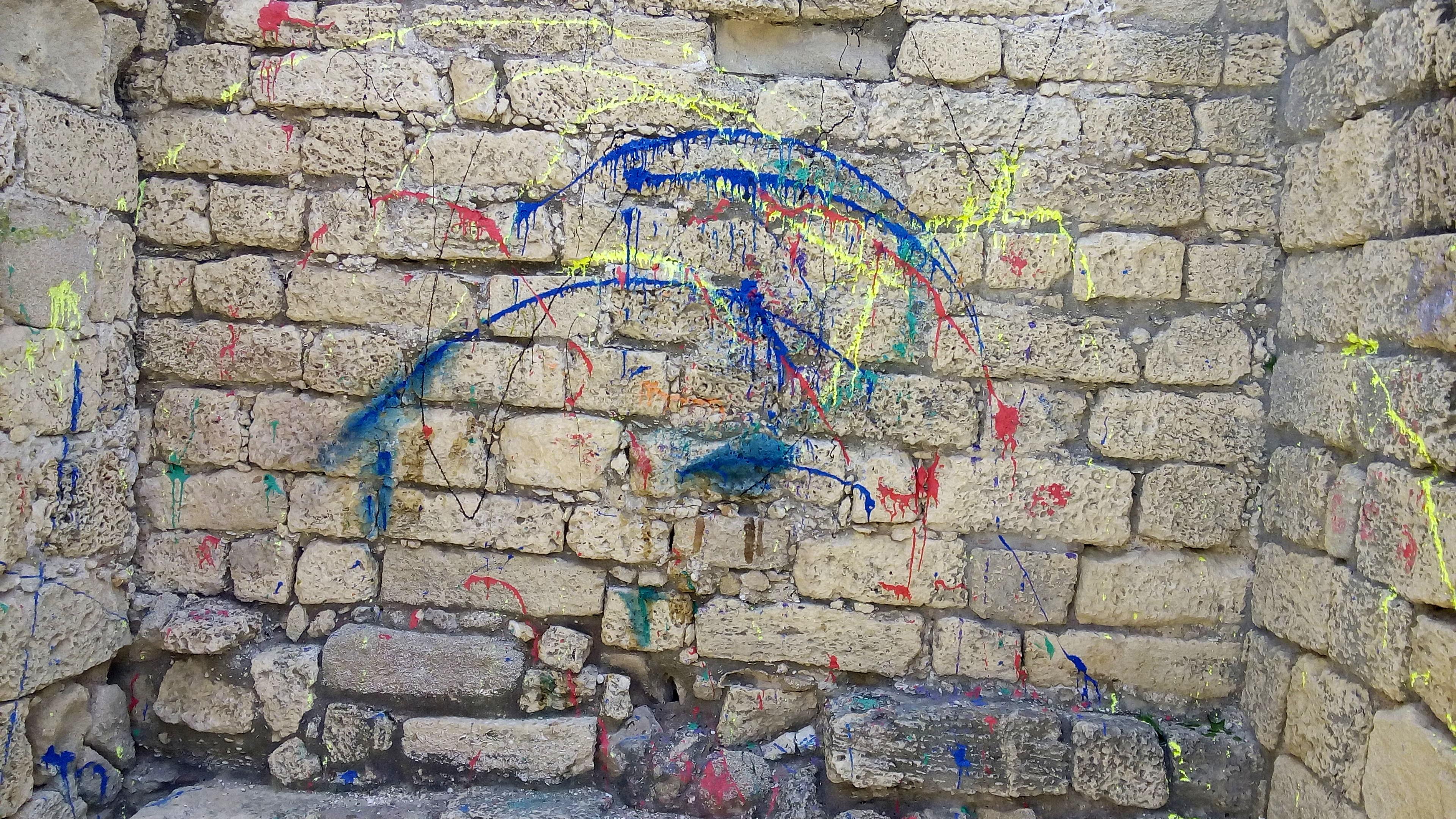 קיר המצודה לפני הניקוי. צילום: רשות העתיקות