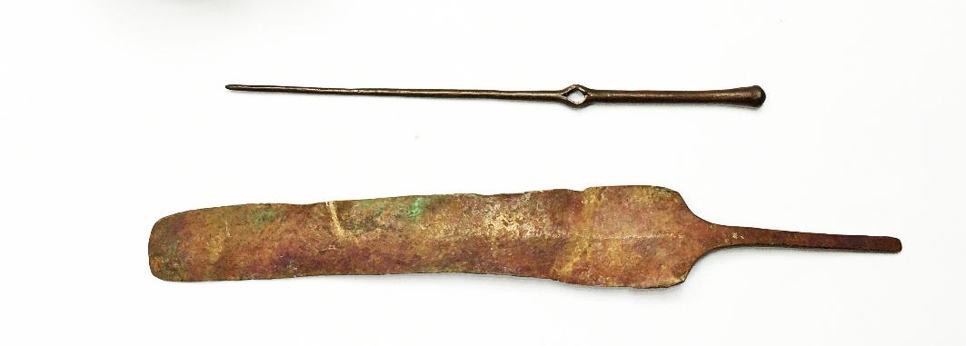 סיכת רכיסה וראש סכין בני כ-3500 שנה. צילום: דיאגו ברקן