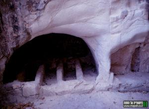 """""""עמוקות"""" ששימשו לקבורה במערת הארון הבודד בבית שערים - צילום: אפי אליאן"""