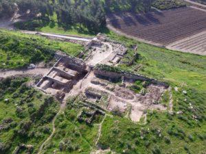 גן לאומי תל לכיש ומבנה השער שנחשף (משמאל). צילום: גיא פיטוסי