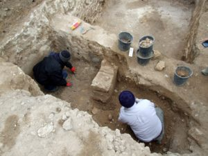 עבודות החפירה במקדש השער שנחשף. במרכז ניתן לראות את המזבח שקרנותיו נקטמו. צילום: סער גנור