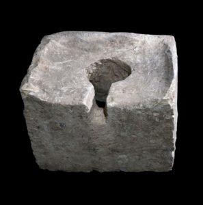 בית הכסא, שסוברים כי הוצב במקום באופן סמלי, כדי לבטל את הפעילות הפולחנית במקדש השער