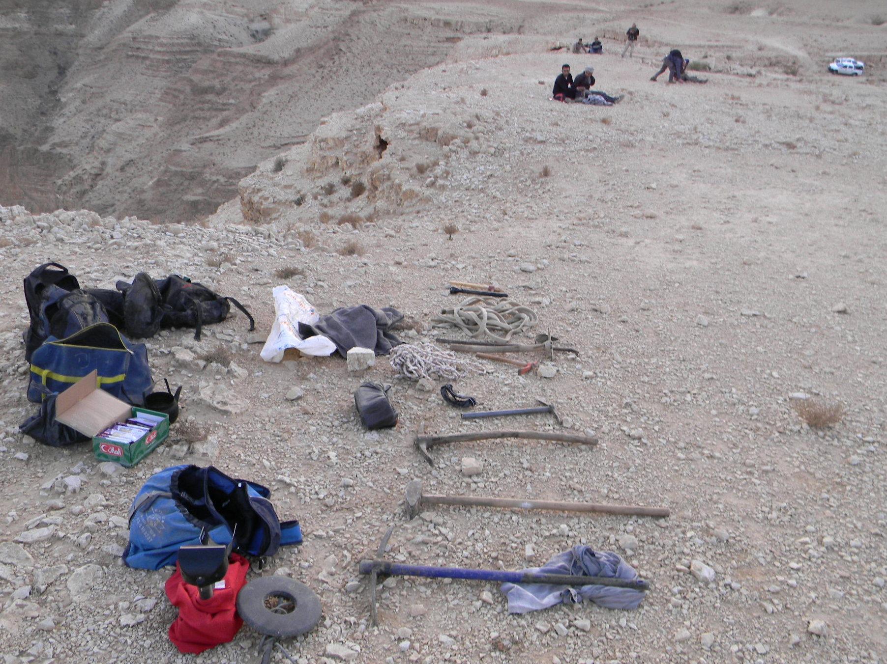 חוליית שודדי עתיקות יחד עם הציוד בו השתמשה במדבר יהודה. צילום: היחידה למניעת שוד