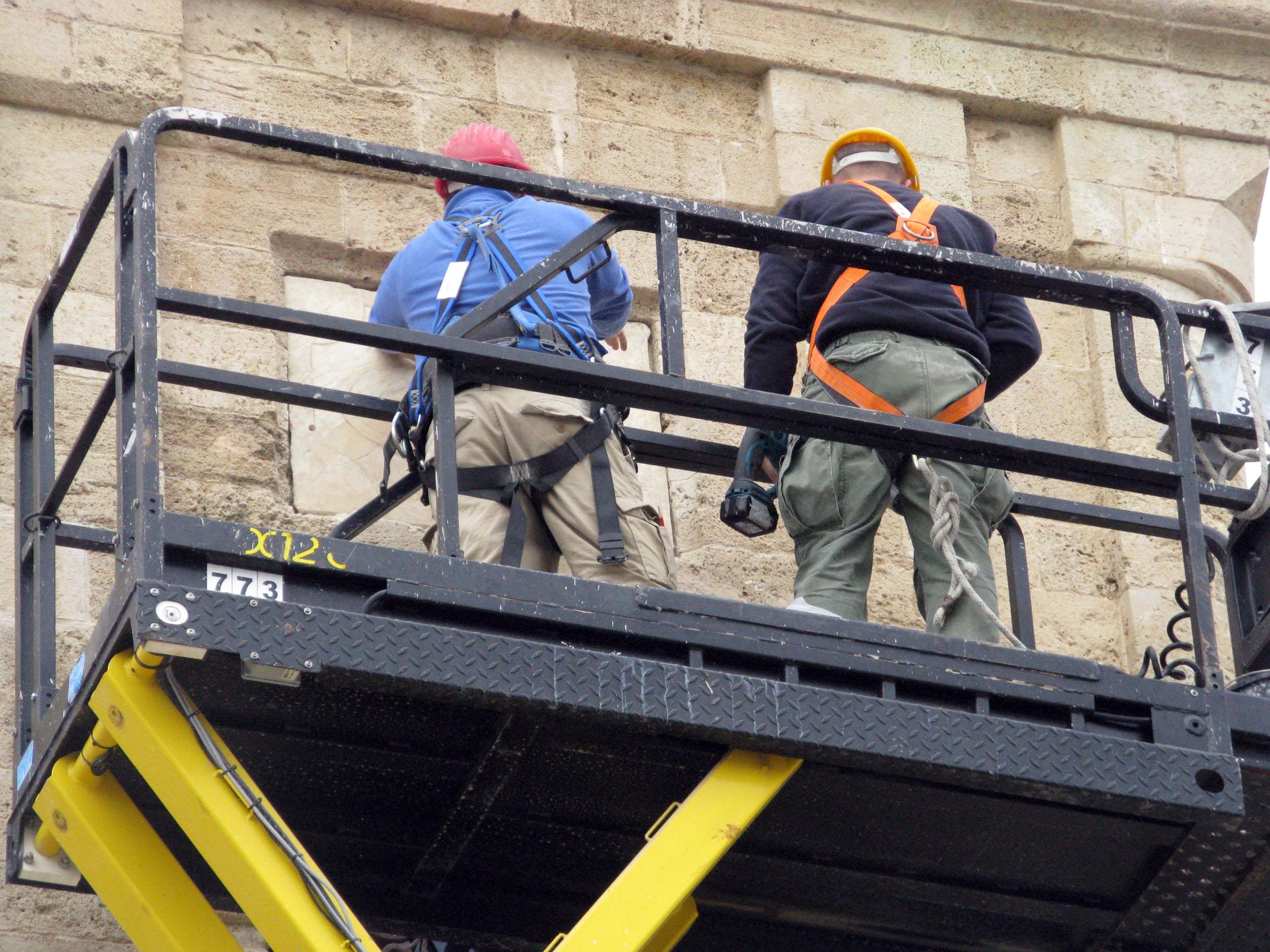 משמרי רשות העתיקות מחזירים את חותם הסולטן למגדל. צילום-ניקי דוידוב
