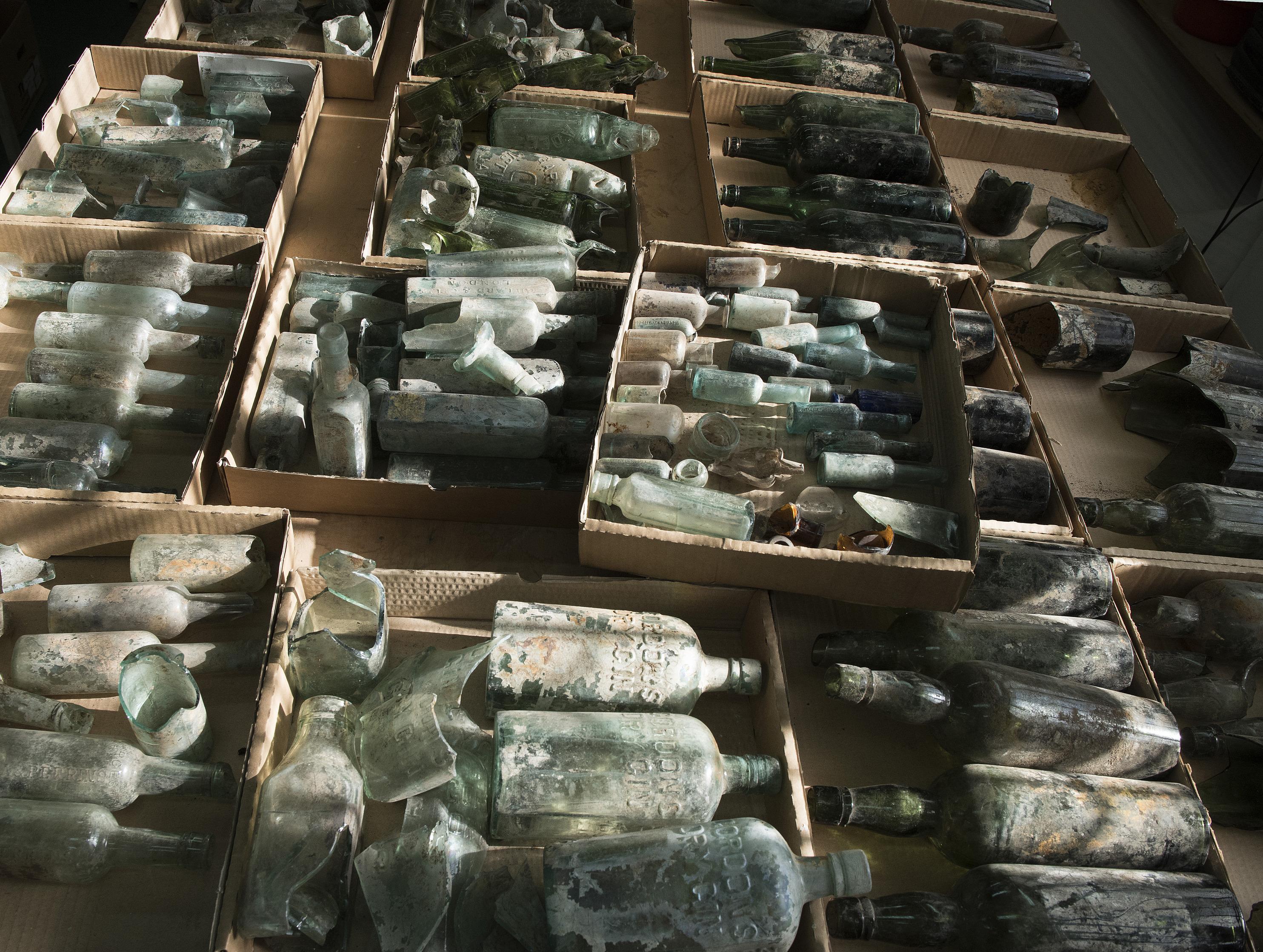 בחינת בקבוקי הזכוכית במעבדת רשות העתיקות, צילום קלרה עמית