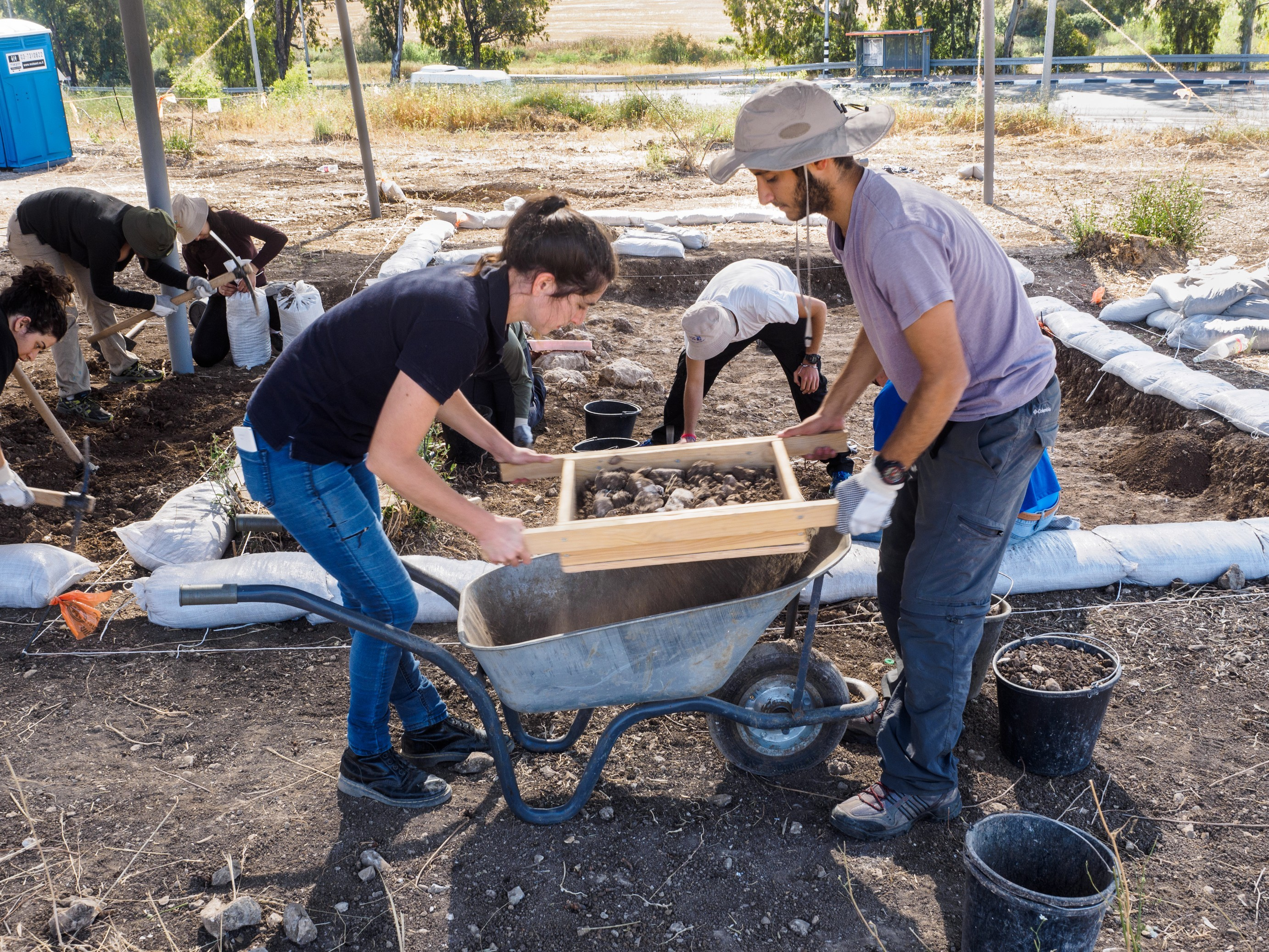 חניכי המכינה הקדם צבאית חנתון משתתפים בחפירת רשות העתיקות בכביש 38